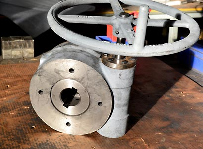 Gear operator for plug valve